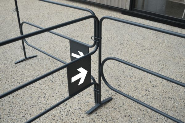 Sens de circulation d'une barrière de distanciation physique pour file d'attente