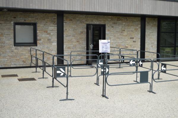 Barrières de sécurité pour limiter la circulation dans les files d'attentes